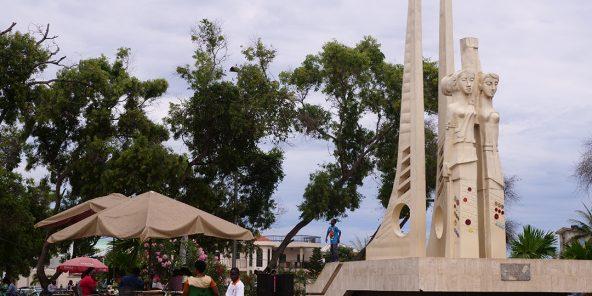 Terrasse sur la place du Monument, à Baguida, sur le littoral sud-est de Lomé, près du monument du Centenaire germano-togolais.