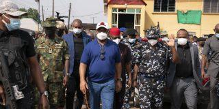 Hope Uzodinma, le gouverneur de l'État d'Imo, sur les lieux d'une attaque visant la police nigériane, le 5 avril 2021 à Owerri.