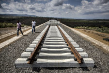 Les groupes chinois, comme ici au Kenya, participent à la construction de nombreuses voies ferrées, mais ne s'occupent guère de leur exploitation.