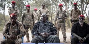 Ali Darassa (au centre), leader du groupe rebelle UPC, à Bokolobo, près de Bambari, le 16 mars 2019.