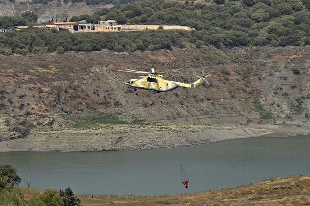 Un hélicoptère collecte de l'eau pour combattre les incendies en Kabylie, le 12 août 2021