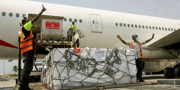 Une cargaison de vaccins Covid-19 distribués par le mécanisme COVAX arrive à Abidjan, en Côte d'Ivoire, le 25 février 2021.
