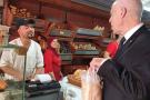 Le président Kaïs Saïed en train d'acheter son pain, le 20 août 2020.