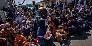 Le 25 août, des femmes et des enfants afghans attendent de pouvoir fuir le pays à l'aéroport de Kaboul