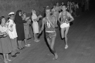 L'athlète éthiopien Abebe Bikila dépasse le Marocain Abdeslam Radi aux JO de Rome en 1960