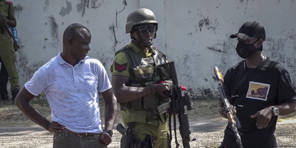 Capture d'écran d'une vidéo, où des services de sécurité se tiennent près d'une dépouille dans une rue, à proximité de l'ambassade de France à Dar es Salaam, en Tanzanie, le 25 août 2021.
