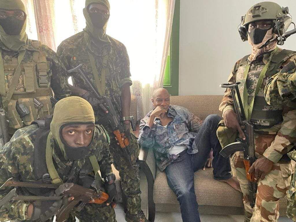 Alpha Condé, entouré des militaires des Forces spéciales qui ont procédé à son «arrestation», le dimanche 5 septembre 2021.