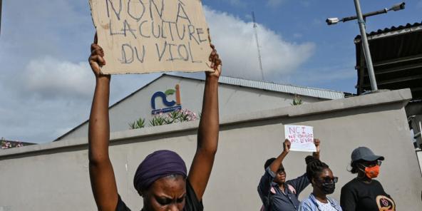 Une militante féministe lors d'une manifestation contre la chaîne de télévision Nouvelle Chaine Ivorienne (NCI) au siège de la NCI à Abidjan le 1er septembre2021.
