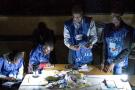 Des agents de la Ceni comptent les votes pendant une coupure d'électricité sous le regard d'observateurs à Lubumbashi, le 30 décembre 2018, après la clôture du vote pour les élections présidentielle, provinciales et nationales.