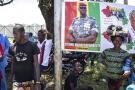 Des partisans du chef de la junte, le colonel Mamady Doumbouya, devant le Palais du peuple, à Conakry, le 11 septembre 2021.