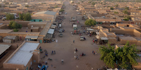 Située entre le Mali, le Niger et le Burkina Faso, Menaka est considérée comme un épicentre de la présence de l'État islamique dans la région du Sahel.