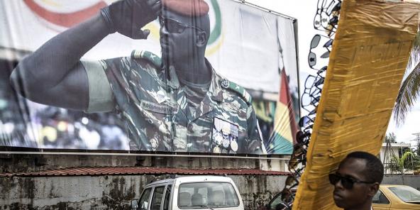 Affiche montrant le portrait du colonel Mamady Doumbouya, à Conakry, le11septembre2021.