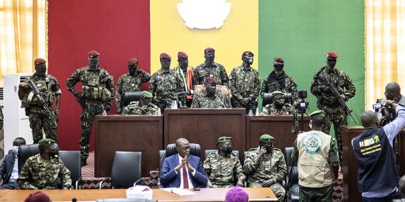 Mamady Doumbouya et ses hommes des forces spéciales au Palais du peuple, à Conakry, le 14 septembre