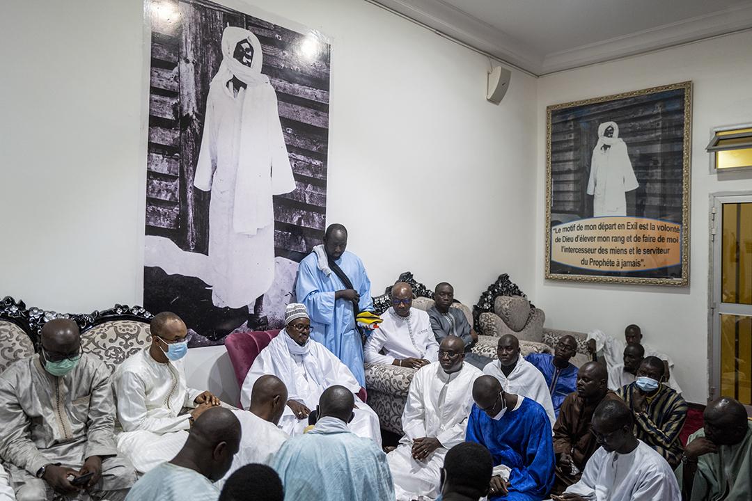 Sur les murs, des photos de Cheikh Ahmadou Bamba Mbacké, le fondateur du mouridisme.