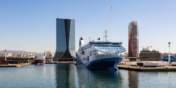 منظر لحي يوروميد الجديد و Grand Port Maritime de Marseille.  في الرصيف ، قارب من مالك السفينة الفرنسي لا ميريديونالي.