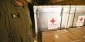 Des membres du personnel déchargent un lot de vaccins chinois contre le Covid-19 Sinopharm à l'aéroport militaire de Boufarik, à 40km au sud-est d'Alger, le 24février2021.