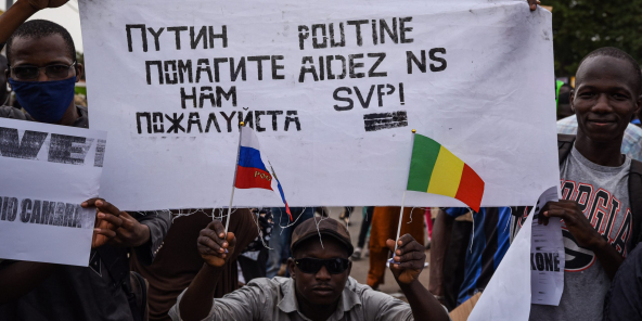 Des manifestants à Bamako, le 26 mai 2021, appellent à une intervention russe.