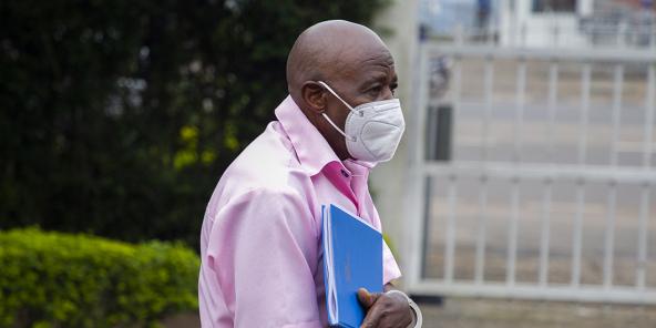 Paul Rusesabagina arrivant dans les enceintes de la Cour suprême à Kigali le 17 février 2021 pour son procès.