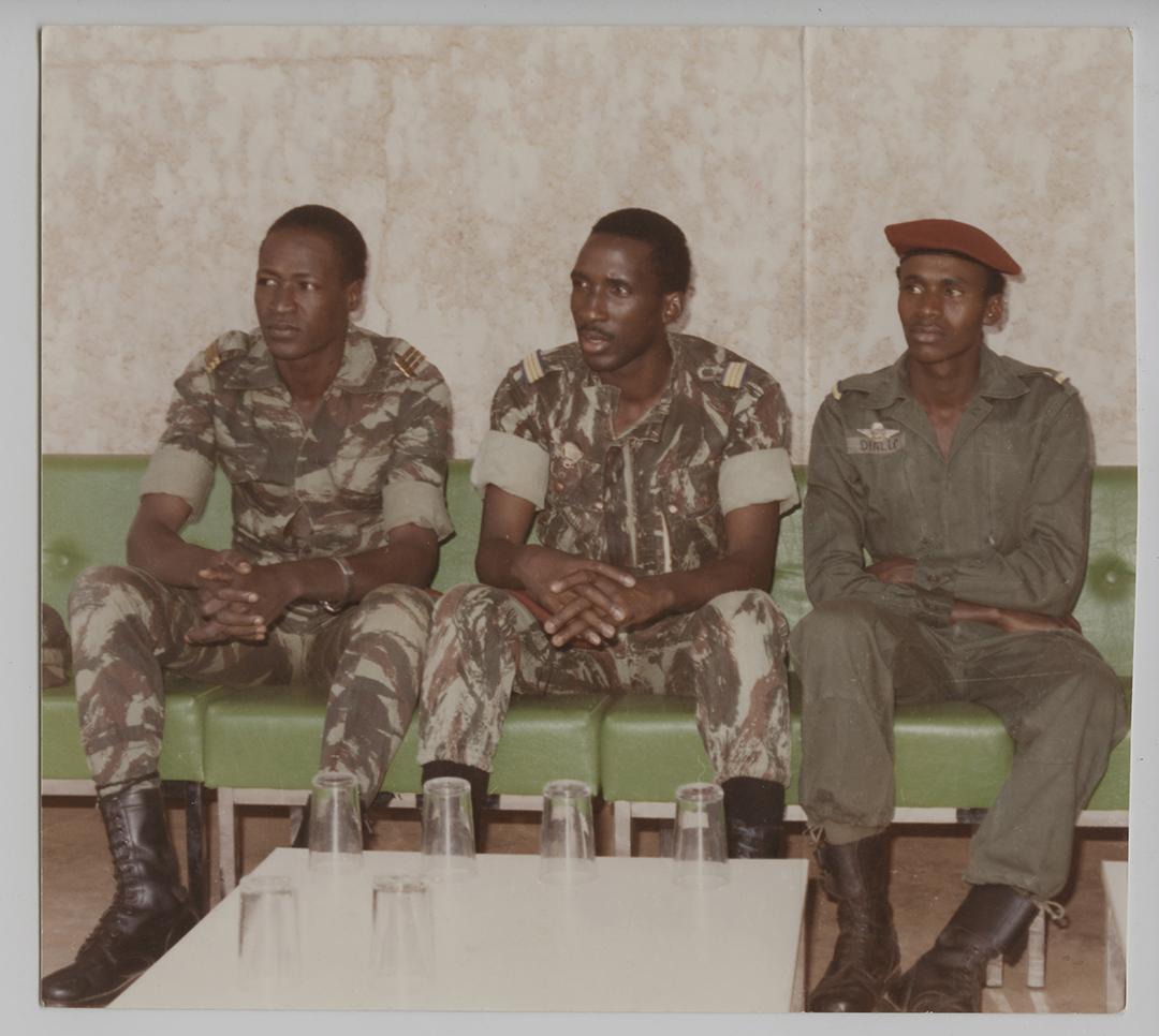 De gauche à droite, le capitaine Blaise Compaoré, ministre d'Etat délégué à la présidence ; le capitaine Thomas Sankara, président du Conseil National de la révolution, Chef de l'Etat ; le lieutenant Moussa Diallo, chef des CDR de Bododioulasso, au lendemain du 4 août 1983.