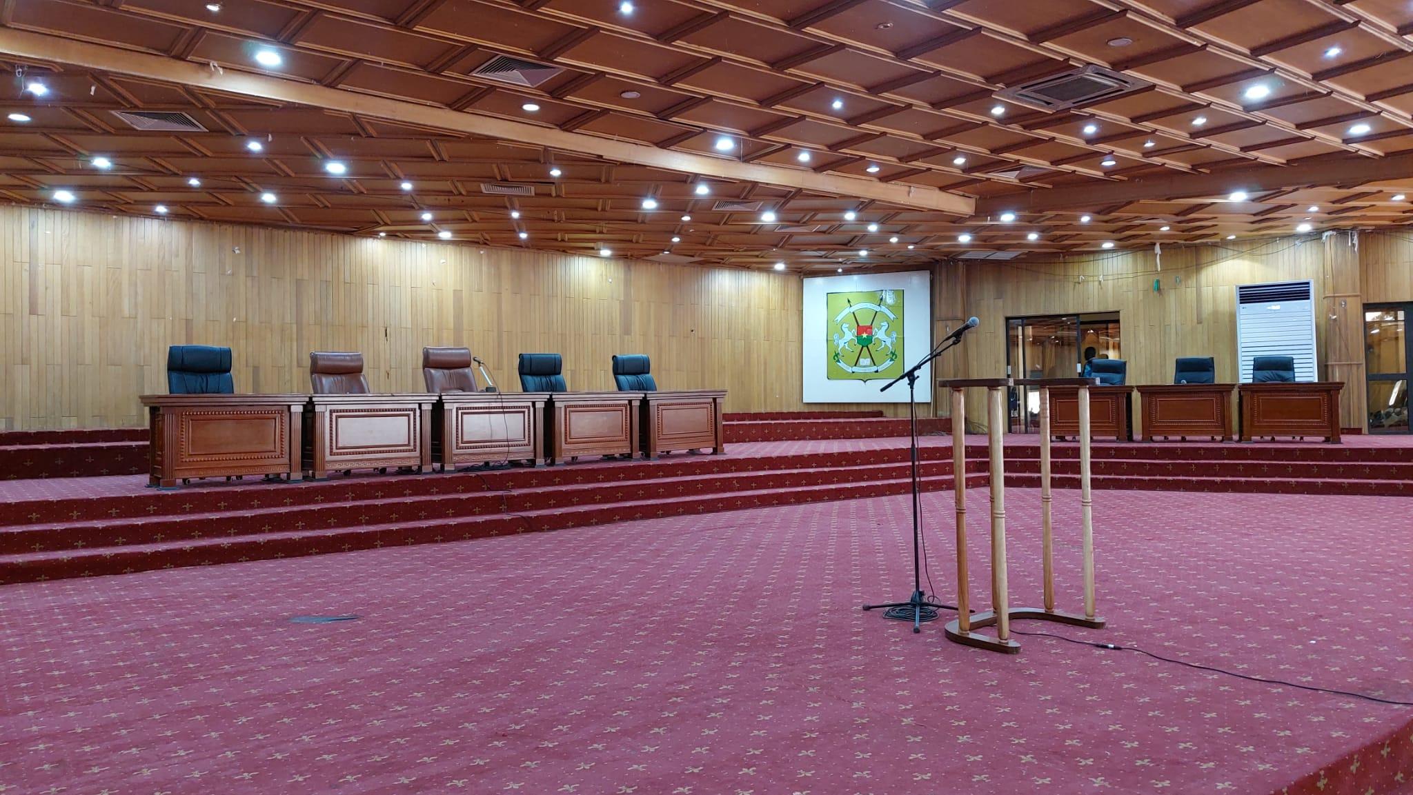 La chambre de première instance du tribunal militaire devant laquelle se tient le procès des assassins présumés de Sankara, le 11 octobre 2021.