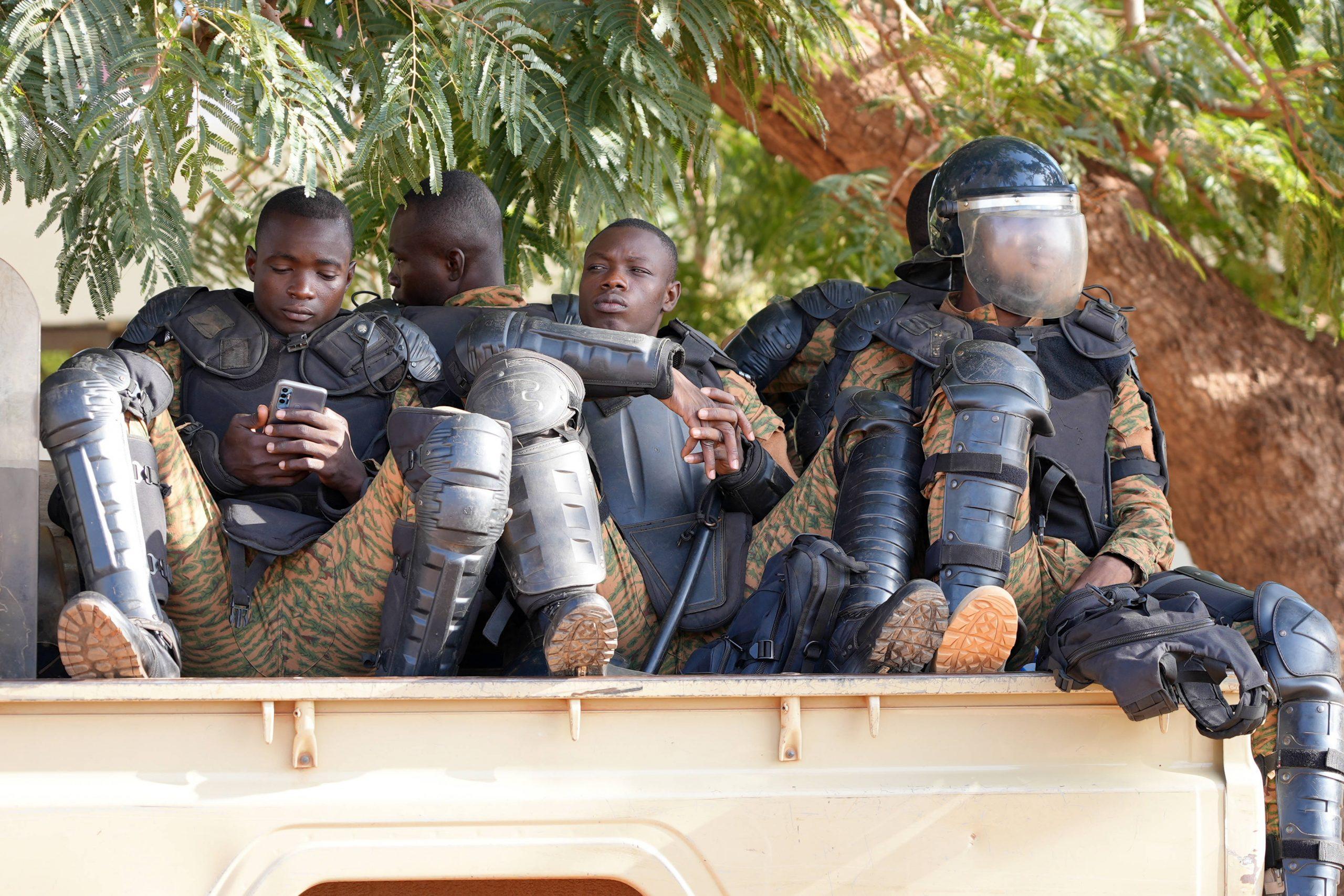Des policiers burkinabè devant la salle d'audience où s'est ouvert le procès des assassins présumés de Thomas Sankara, le 11 octobre 2021 à Ouagadougou.